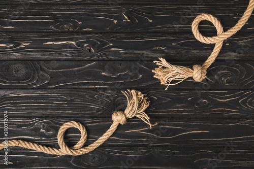 widok z góry wiązane brązowe liny morskie na drewnianych desek
