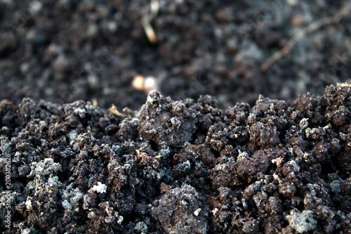 Aluminium Stenen Spring damp earth, chernozem
