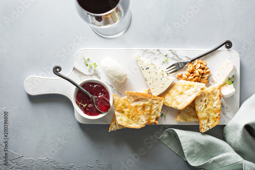 Small cheeseboard with baguette - 200396800