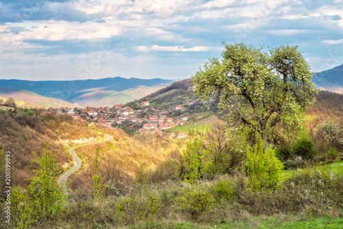 Zbliża się wiosna ... / Niesamowity widok wiosenny z niewielką wioską w górach Rhodopi w Bułgarii