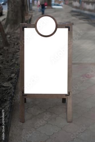 Makieta z drewnianego stojaka reklamowego. Miejsce na tekst, plakat lub informacje publiczne.