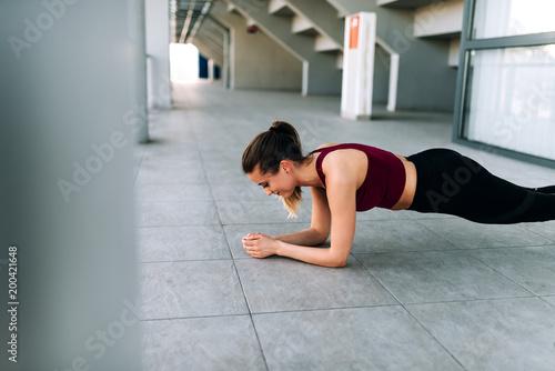 Zamyka w górę wizerunku dysponowana dziewczyna robi desce.