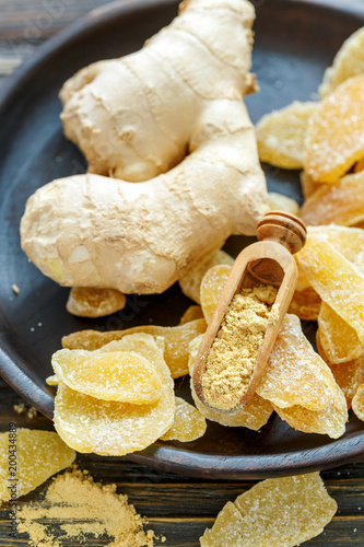 Foto Murales Scoop with ground ginger slices of candied ginger.
