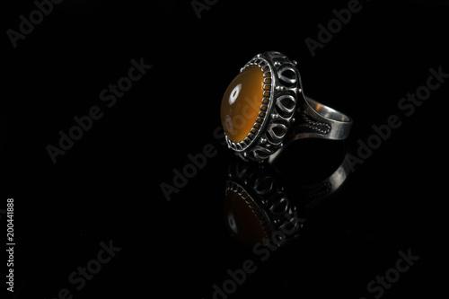 Srebny pierścionek z kornelianem na czarnym tle