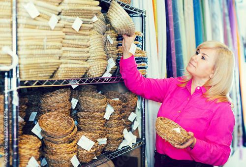 Foto Murales customer standing with wicker basket