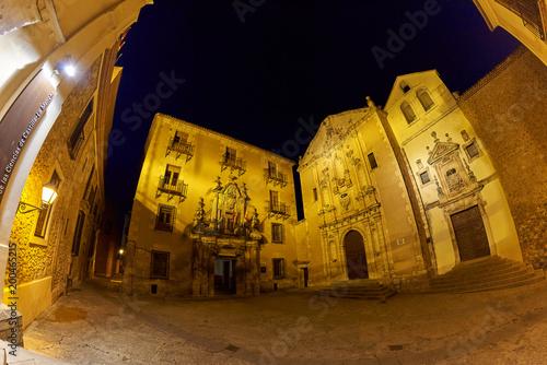 Vista Nocturna de la Plaza de la Merced desde la Entrada del Museo de las Ciencias de Castilla La Mancha en la Antigua Ciudad Medieval de Cuenca, España