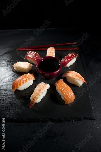 Okrągłe płytki sushi z pałeczkami