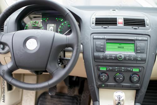 Nowoczesna deska rozdzielcza, kierownica, radio i klimatyzacja