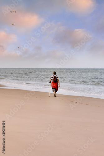 Foto Murales marcheur sur la plage à l'aube