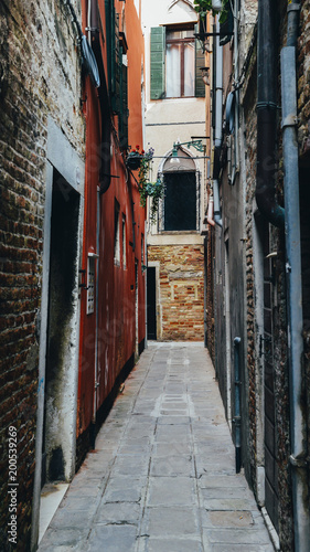Poster Smal steegje Narrow claustrofobic alley in Venice, Italy