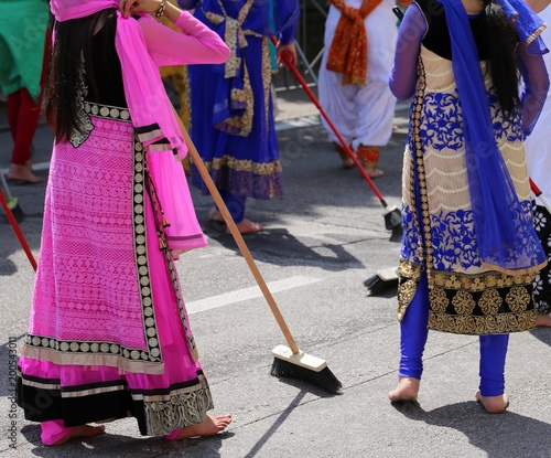 Foto Murales Sikhs  women barefoot while scavenging the road