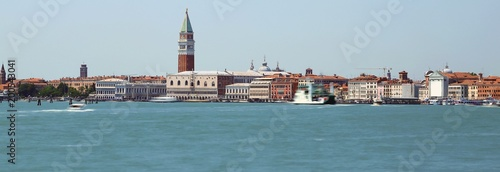 In de dag Venetie island of venice with ancient palaces and bell towers with long exposure time and the wake of the movement of ships