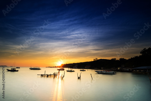 Foto op Plexiglas Ochtendgloren scenic of sunrise and smooth sea at koh samed fisherman village