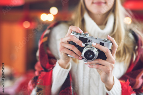 Foto Murales Young woman with a retro camera