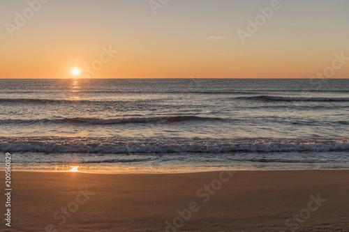 In de dag Ochtendgloren The beach at sunrise
