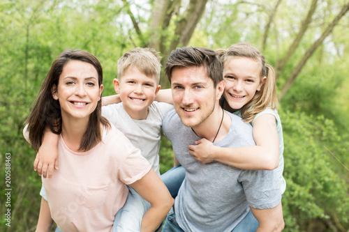 Familie erholt sich im garten - 200588463