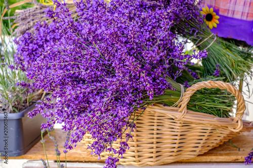 Bouquets de lavande dans le panier. Marché provençal. - 200613467