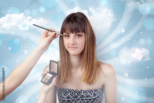 Ładny dziewczyna portret przygotowywa z diamentami i chmurną tapetą