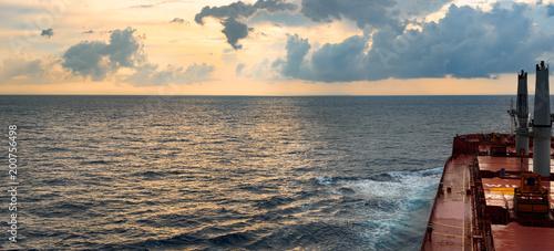 Widok od ładunku statku przy morzem dramatyczne chmury i kolorowy zmierzch naprzód