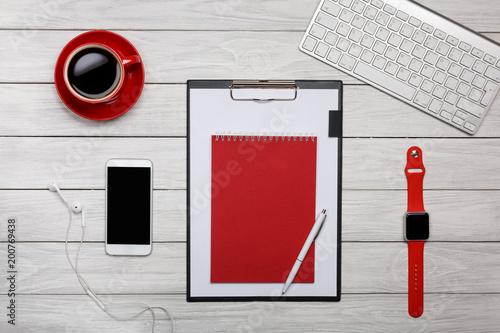 Biała tablica biurko folder czerwony notatnik filiżanka kawy zegar pracy procesu