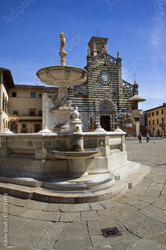 Fotobehang Toscane Italia, Toscana, Prato. Il Duomo e la Fontana.