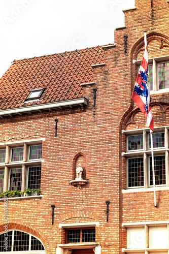 Foto op Canvas Brugge Brügge´s Stadtsymbol, das Brugs Beertje an der Fassade der Poortersloge