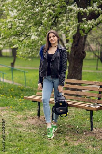 Efektowne młoda kobieta kaukaski w czarnej skórzanej kurtce