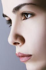 Profilo di bellissima ragazza