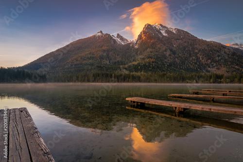 Der Berg Hochkalter und Hintersee zum Sonnenaufgang im Frühling