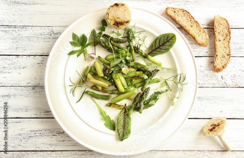 Szparagowej sałatki zieleni zieleni szparagowej sałatkowego naczynie rozdaje dzikich ziele ziele