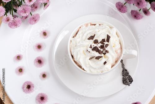 Fotobehang Chocolade Heiße Schokolade mit Sahne und Schokoladenplättchen