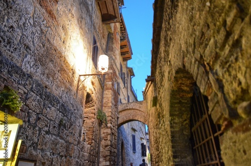 Plexiglas Smalle straatjes San Gimignano, Italy, Tuscany region. August 14 2016. The historic center of San Gimignano, a typical medieval village in Tuscany. Narrow streets, numerous stone towers characterize the urban landscap