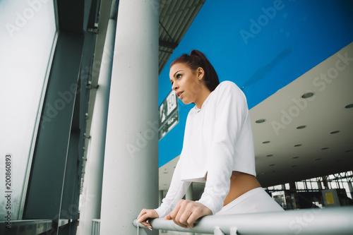 Młoda dziewczyna koncentruje się, zanim zacznie z jej treningu