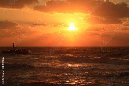 Poster Oranje eclat 海に沈む夕日と光芒 The sunset and Angel's ladder