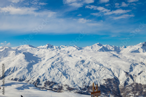 Foto op Plexiglas Blauwe jeans Picturesque view snowy mountain peaks panorama, Les Menuires ,Alps, France, ski slopes in 3 Valleys