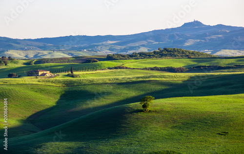 Keuken foto achterwand Toscane Beautiful summer landscape with wavy hills and a lodge, Tuscany, Italy