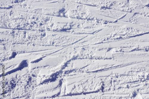 Zima w tle ze śladami nart na ośnieżonych górach