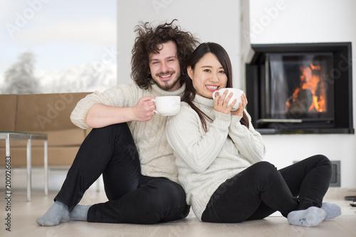 szczęśliwa para wieloetniczna przed kominkiem