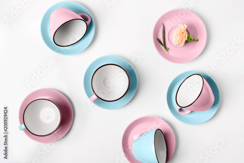 Foto Murales Elegant porcelain blue and pink cups on abstract background
