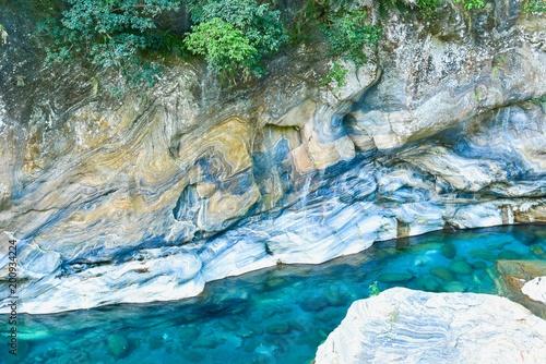 Krystalicznie błękitna woda Wzdłuż Shakadang doliny przy Taroko wąwozem w Tajwan