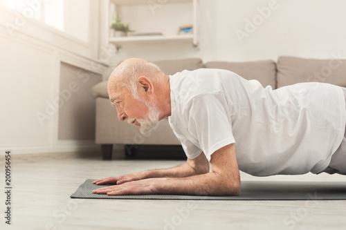Trening fitness starszy mężczyzna, push up lub deski