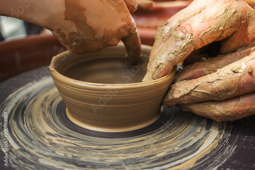 Foto Murales hand maid, molding from clay, making dishes.