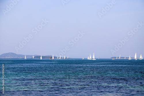 Jachty żaglowe i błękitne morze