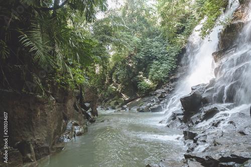 malownicze widok pięknej Kanto Lampo wodospad, zielonych roślin i skał, Bali, Indonezja