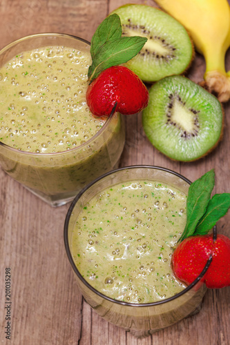 Fotobehang Sap Green smoothie with kiwi fruit and banana.