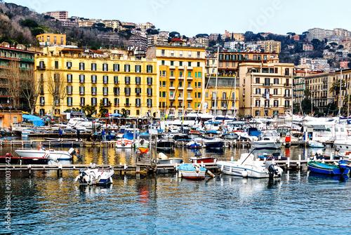Fotobehang Napels Der malerische Yachthafen Santa Lucia in Neapel, Campania, Italien, Europe