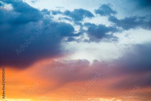 Piękne chmury w niebie przy zmierzchem