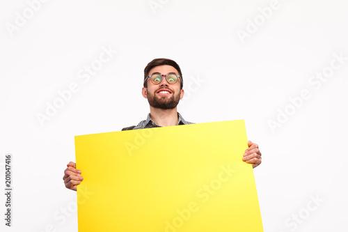 Jaskrawy mężczyzna z żółtym plakatem