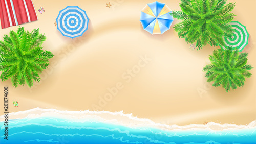 Drzewka palmowe, plaży słońca maty parasole na seashore, 3D ilustracja. Tropikalny krajobraz z błękitnym oceanem i złocistym piaskiem, odgórny widok. Projekt plakatu letnich wakacji. Szablon prezentacji dla biura podróży