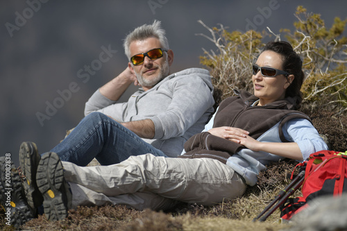 Foto Murales Hikers relaxing in the mountains during journey